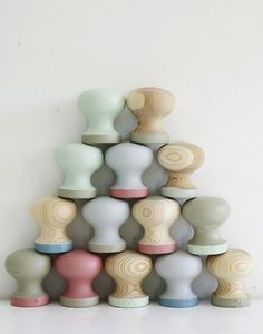 painted dresser knobs, DIY, paint, wood cabinet knobs, easy DIY --we have a few wooden knobs that could easily be customized by painting for projects like dressers ex. Dresser Knobs, Cabinet Knobs, Door Knobs, Wood Dresser, Dresser Drawers, Mason Jar Crafts, Mason Jar Diy, Flur Design, Diy Hanging Shelves