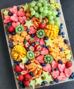 Festive Fruit Platters 🍓🍊🥝🍍🍈🎄 I made this platter and then som… Festive Fruit Platters 🍓🍊🥝🍍🍈🎄 I made this platter and then some fruit skewers for Ella to bring to her Christmas get-together with h…- - Healthy Snacks, Healthy Eating, Healthy Recipes, Healthy Brunch, Juice Recipes, Fruit Recipes, Salad Recipes, Party Food Platters, Fruit Platters