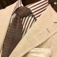 イタリア・ザニエリ社製のリネン混生地を使用したBEAMS-Fオリジナルジャケット。うっすら浮かぶグレンプレイドは今季らしい1着です。上品なエクリュはメランジ感のあるブラウンと相性がよいです。