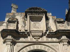 Escudo de España en el costado de la Iglesia Catedral de Cajamarca - Perú.
