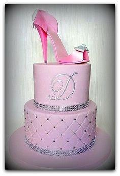 15 Diseños de Tortas con Zapatillas que te pueden inspirar para tortas de cumpleaños de mujeres o pasteles para mujeres con diseños de zapatillas, Aquí mas... High Heel Cakes, Shoe Cakes, Purse Cakes, High Heel Kuchen, Beautiful Cakes, Amazing Cakes, Fondant Cakes, Cupcake Cakes, Decors Pate A Sucre