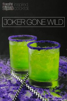 0122000 Did you know that Jared Leto acted just like his character The Joker during the entire filming of Suicide Squad? He even sent costar Margot Robbie a love letter. And a rat… You will love this Joker-inspired cocktail. It's got a little crazy and lo Liquor Drinks, Cocktail Drinks, Green Cocktails, Midori Cocktails, Bourbon Drinks, Fun Cocktails, Cocktails Halloween, Disney Cocktails, Halloween Shots