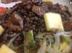 Ensalada de lentejas Beluga (negras) con verduras y lechugas, aliño de aceite oliva eco. ortigas y picada de sésamo blanco.