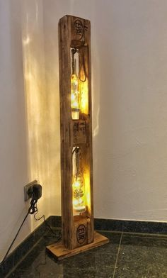 This floor lamp was created from a Euro pallet. Beleuchtung wurde mit Led& This floor lamp was created from a Euro pallet. Lighting was with Led & - Free Wooden Pallets, Pallet Light, Pallet Floors, Deco Luminaire, Indoor Fountain, Bamboo Crafts, Adjustable Bar Stools, Wooden Planters, Wood Lamps