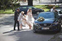 Beszállás a menyasszonyi autóba - Mazda gerbera dísszel