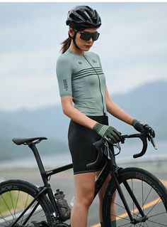 SKULL MONTON 2020 best lightweight cycling jersey online on sale. Cool women's summer cycling jersey short sleeve gray green for hot weather. Bicycle Women, Bicycle Girl, Women's Cycling Jersey, Cycling Jerseys, Bike Photoshoot, Cycling For Beginners, Female Cyclist, Bike Wear, Bike Style