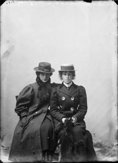 Sisters Elizabeth & Agnes Robson, photographed circa 1905 by James McAllister.