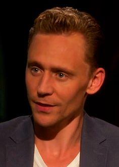 "Tom Hiddleston interview. ""Tom Hiddleston habla de La cumbre escarlata"" https://www.youtube.com/watch?v=VsJzkzfmuOk"
