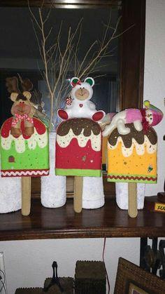 Aprende paso a paso cómo hacer adornos navideños en fieltro ~ lodijoella Christmas Sewing, Christmas Crafts, Xmas, Christmas Ornaments, Fake Cake, Felt Crafts, Ideas Para, Gingerbread, Snowman