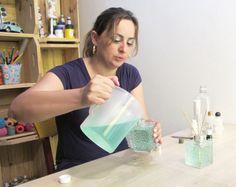 A artista plástica e blogueira, Camila Camargo, ensina como fazer um aromatizador de ambiente em casa.