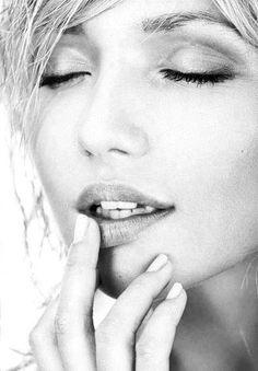 """""""Livra-me de tudo o que me tira a paz no coração e inquieta minh'alma. Dai-me forças para não me deixar abater pela maldade alheia e fé para não me deixar desacreditar diante dos amargurados com a vida.Que mal nenhum vingue e maldade nenhuma me cerque. Que em mim o bem seja sempre maior que todos os males.  E que assim Seja!""""  ______________Monalisa Macêdo"""