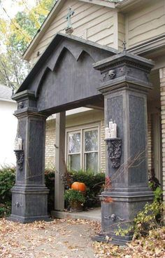 Halloween is on its way and if you have no idea how to start this year's Halloween decor then you can consider your entrance. The entrance to the house Halloween Prop, Halloween Outside, Halloween Forum, Halloween Graveyard, Halloween Tombstones, Halloween Yard Decorations, Halloween Haunted Houses, Outdoor Halloween, Halloween Projects