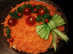 تزئین خیار به شکل پاپیون Food Platters, Food Dishes, Food Garnishes, Garnishing, Salad Dishes, Food Carving, Iranian Food, Food Decoration, Food Crafts