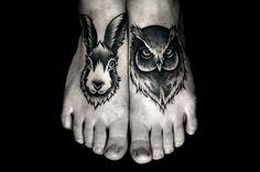 Tatuagem de coelho e coruja no peito do pé