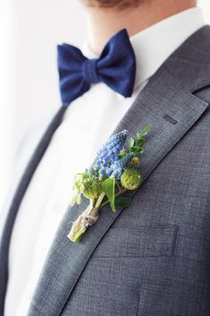 Blue Grape Hyacinth Buttonhole | Bow Tie | Something Blue Wedding inspiration | Delft Blue Wedding Inspiration | Delft Blue Inspired Stationery And Decor | Images By Masha Bakker Weddings | Styling By Trouwlala | http://www.rockmywedding.co.uk/delft-blue-wedding-inspiration/