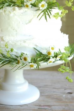 green-white-daisy-wedding-cake - Once Wed Diy Wedding Cake, Daisy Wedding, Wedding Flowers, Spring Wedding, Wedding Simple, Christmas Wedding, Trendy Wedding, Garden Wedding, Rustic Wedding