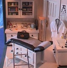 Love it! Miniature doctor's office in 1/12 scale
