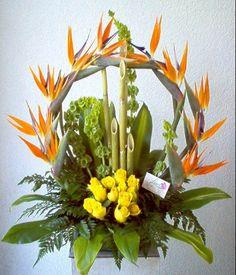 Arco de aves de paraiso y rosas amarillas, con u toque de bambú.