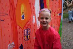 Faye schildert een vlinder.