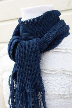 Villasilkkinen sininen neulehuivi sopii kevyenä ja pehmeänä lämmikkeeksi myös sisäkäyttöön, kun koleus yllättää. Fashion, Moda, Fashion Styles, Fashion Illustrations