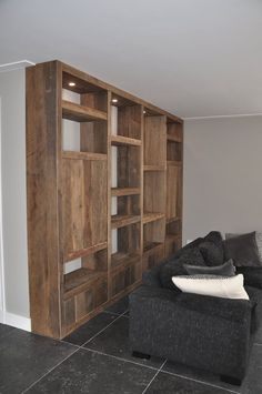 Mooi interieur opgeleverd met een prachtige kast - RestyleXL Living Room Inspiration, Furniture Inspiration, Tower House, Home Trends, Tiny Living, Home Projects, Shelving, Home Furniture, Bookcase