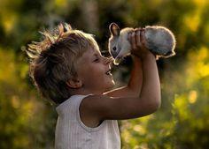 Maagista! Venäläisäiti ottaa pojistaan lumoavia kuvia eläinystävien kanssa - Lemmikit - Ilta-Sanomat - Ilta-Sanomat