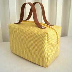 Frasqueira - Mini Chevron Amarelo é ótima para guardar os produtos de higiene do bebê ou da mamãe na maternidade. E depois nas viagens, nos passeio ....  É uma peça SUPER versátil e charmosa.    * Altura: 14.00 cm  * Largura: 13.00 cm  * Comprimento: 23.00 cm