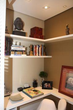 """Acredite: mesmo um pequeno ambiente, quando bem planejado é capaz de acomodar o seu cantinho de trabalho. Aqui, o home office foi projetado em um canto, aproveitando todos os espaços. Para isso, a bancada é em """"L"""", as prateleiras foram distribuídas mas duas paredes e, no teto, um ponto de iluminação garante o conforto visual.#lilianazenaro #lilianazenarointeriores #decor #decoracao #reforma #projetolilianazenaro #interiores #reformaapartamento #homeoffice #decoradorasp Bookcase, Shelves, House, Inspiration, Blog, Home Decor, Bedroom Shelves, Corner Shelves, Bedroom Corner"""