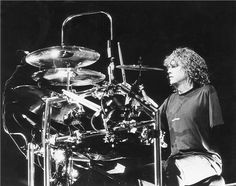 Rick Allen - Drummer of Def Leopard Loses an arm in car accident and is told he will never drum again.of course as a Warrior he says F.ck That and plays on.Its better to burn out than fade away ; Pet Shop Boys, Rock And Roll Bands, Rock Bands, One Armed Drummer, Rick Allen Drummer, Phil Collen, Rick Savage, Rock Festivals, Def Leppard
