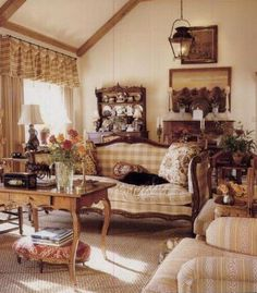 Elegant English country living room ideas for your home. English cottage interior design suggestions and inspiration. French Interior, French Decor, French Country Decorating, Interior Design, French Country Living Room, French Country Cottage, French Country Style, Cottage Farmhouse, Country Kitchen