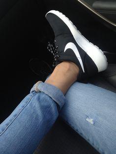 Nike roshe run zwart wit, black, white, sneaker, dames, schoenen. Alta-Moda | Online Sneaker Store www.altamoda.nl