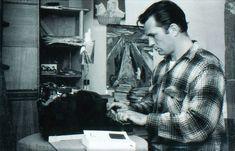 """Reza a lenda que Jack Kerouac escreveu """"On the Road"""" em um rolo de papel pardo, para não precisar trocar a folha quando acabasse o espaço. Na foto, ele escreve em sua Hermes 3000  (Foto: Reprodução)"""