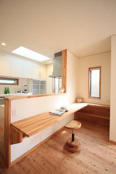 キッチン前にはカウンターを用意して、親子の会話を楽しむ時間。#キッチン#カウンター#キッチンカウンター My Home Design, House Design, Diy Kitchen Storage, Good House, Mudroom, Minimalism, Kitchen Design, Natural Interior, Dining