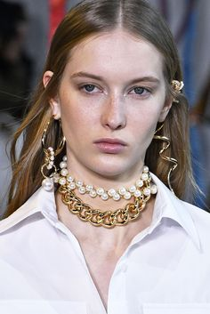 Earrings Are About to Get Bigger, Better, and Much More Dramatic - Biggest Jewelry Trends Fall 2019 – Earring, Necklace, and Bracelet Trends New York Fashion Week - Ankle Jewelry, Big Jewelry, Fall Jewelry, Trendy Jewelry, Jewelry Stores, Earring Trends, Jewelry Trends, New York Fashion, Women's Fashion