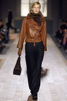 Hermès Fall 2006 Ready-to-Wear Collection Photos - Vogue Mode Outfits, Chic Outfits, Fashion Outfits, Fashion Trends, Catwalk Fashion, Fashion Show, Short Leather Jacket, Look Blazer, Vogue Magazine Covers