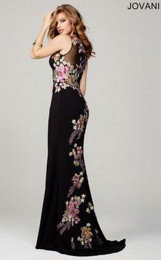 Los bordados decoran este vestido sirena en color negro