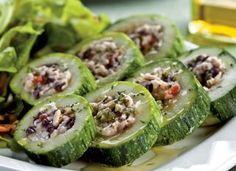 """A <a href=""""http://mdemulher.abril.com.br/culinaria/receitas/salada-abobrinha-recheada-frango-483553.shtml"""" target=""""_blank"""">salada de abobrinha recheada de frango</a> é um prato completo. Se preferir na versão quente, sirva com molho ao sugo, polvilhado co"""
