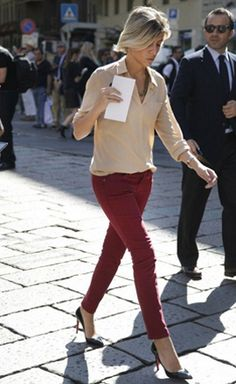 Burgundy: a refined red for colored pants. burgundy pants with tan blouse. Milan Fashion Week Street Style, Street Style Looks, Looks Style, Work Fashion, My Style, Fashion Fashion, Fashion Photo, Fashion Outfits, Colored Pants