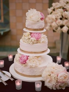 Today's wedding ideas includes adorable wedding cakes with romantic details, and they're seriously sensational! We're loving this appealing baked goodness.