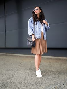 Retro inspired summer look with a hipster touch featuring a vintage oversize denim jacket and pleated skirt from the brand Reserved as well as Adidas Superstars. Ootd Fashion, Modest Fashion, Fashion Outfits, Accordian Skirt, Modest Outfits, Casual Dresses, Oversized Denim Jacket Outfit, Adidas Superstar Outfit, Denim Shirt Style