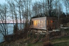 Sunset Cabin Designed by Taylor Smyth Architects, this cedar cabin gets a sophisticated, modern vibe from its cedar-slatted exterior and a green roof. The slats allow sunlight to enter the house at various intensities throughout the day. Modern Log Cabins, Rustic Cabins, Haus Am See, Prefab Cabins, House In Nature, Micro House, Cabins And Cottages, Small Cottages, Cabins In The Woods