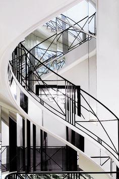 A escadaria Art Deco revestida de espelho onde Gabrielle Chanel sentou, de forma despercebida, para observar as reações do público conforme suas coleções eram apresentadas.