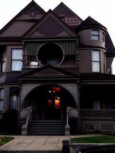 Queen Anne Victorian Renovated Home: black et grey