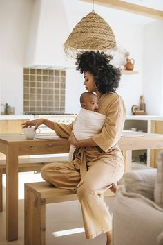 WildBird is a quick, easy and beautiful Baby Carrier. Our Ring Slings are made for Newborns to Toddlers. Mom And Baby, Mommy And Me, Baby Love, Baby Girls, Cute Kids, Cute Babies, Newborn Fotografie, Pelo Afro, Black Girl Aesthetic