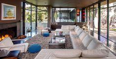 Le séjour lumineux et moderne de cette jolie maison rénovée