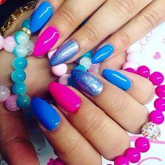 Neon Pink oraz Blue Bamboo Gel Polish w połączeniu z Holo Effect by Natalia Kondraciuk Indigo Young Team:) Więcej pomysłów na niezwykłe stylizacje znajdziesz na www.indigo-nails.com #nailart #nails #pink #blue