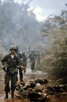 Walking point Thru the Valley of Death. Vietnam History, Vietnam War Photos, North Vietnam, Vietnam Veterans, Nagasaki, Hiroshima, American War, American History, Good Morning Vietnam