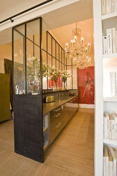 Une cuisine aménagée derrière une verrière | #deco #tendance #cuisine #verrière #design