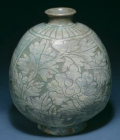 Korran Flask-Shaped Bottle, Joseon dynasty (1392–1910), late 15th century  Stoneware with sgraffito decoration of flowers under buncheong glaze