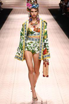 Dolce & Gabbana Spring 2019 Ready-to-Wear Fashion Show Collection: See the complete Dolce & Gabbana Spring 2019 Ready-to-Wear collection. Look 69 Fashion Week, Look Fashion, New Fashion, Runway Fashion, Fashion Outfits, Womens Fashion, Fashion Design, Fashion Trends, Dolce & Gabbana